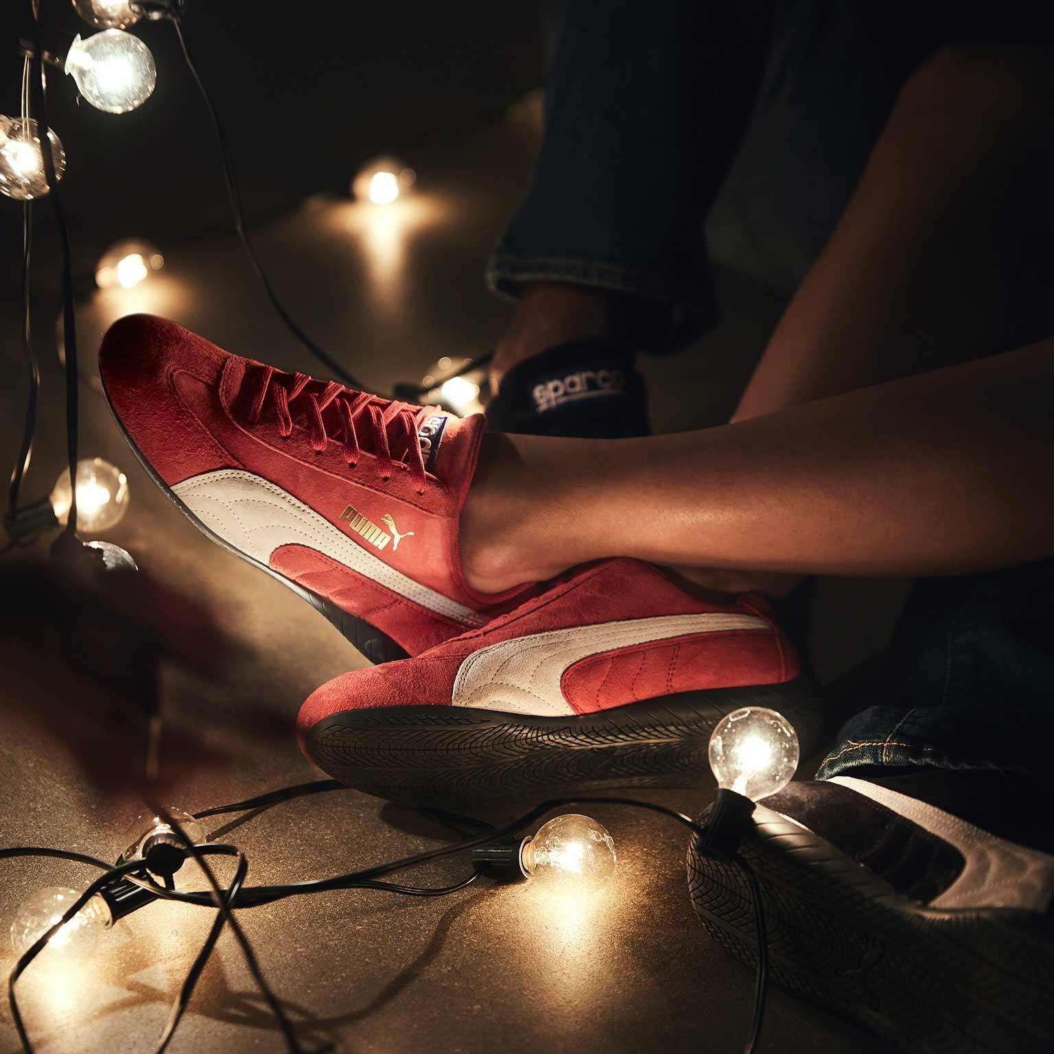 プーマのモータースポーツコレクションのクラシックアイテムであるスピードキャットとSPARCOのコラボレーション。真っ赤なアッパーが目を惹く、人気商品です。