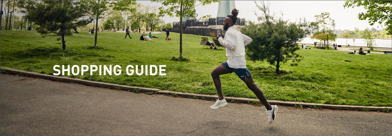 公園を走り抜ける男性